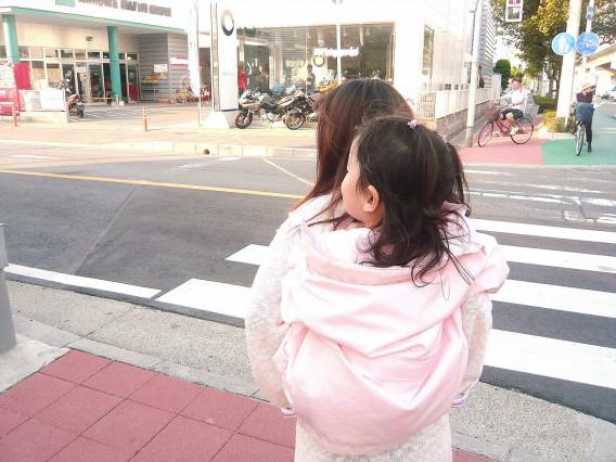 子供を抱っこする方の肩が痛い